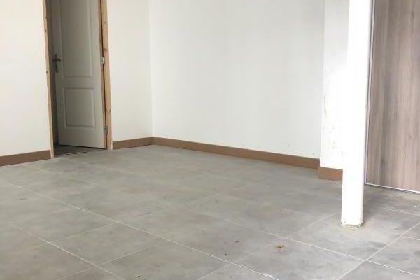 LOCAUX PROFESSIONNELS  pièces –  m²